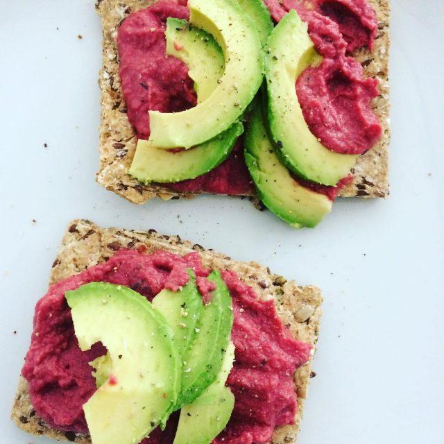 Lijfstijl crackers met bietenhummus en avocado als lunch lunch hummushellip