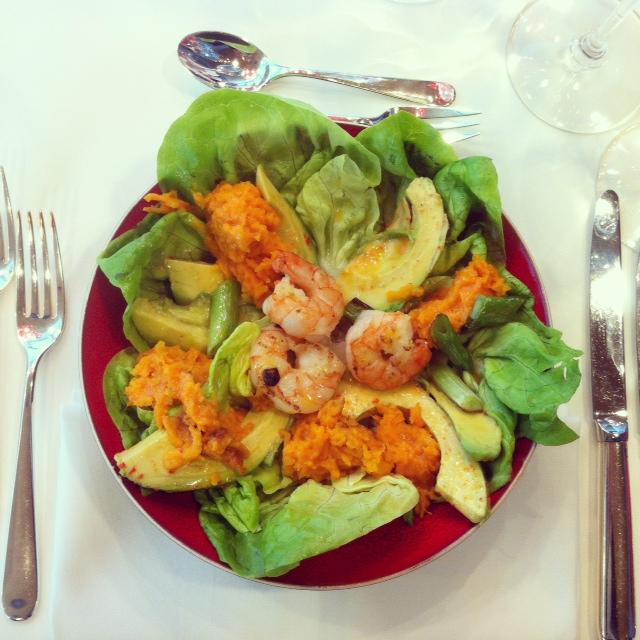 Salade met gebakken gamba, avocado en gepofte zoete aardappel