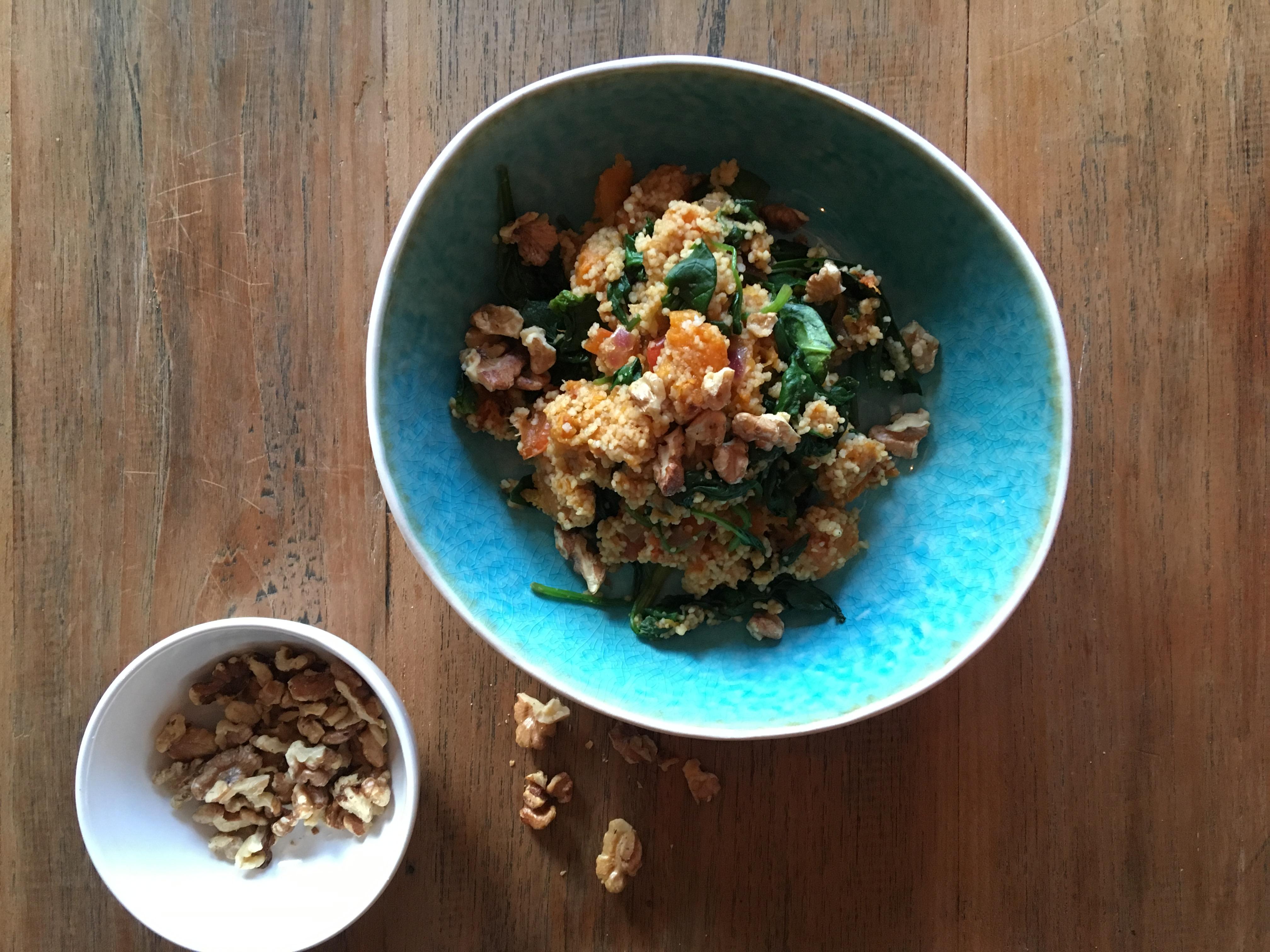 Bloemkoolcouscous met pompoen, spinazie en kruidige yoghurt
