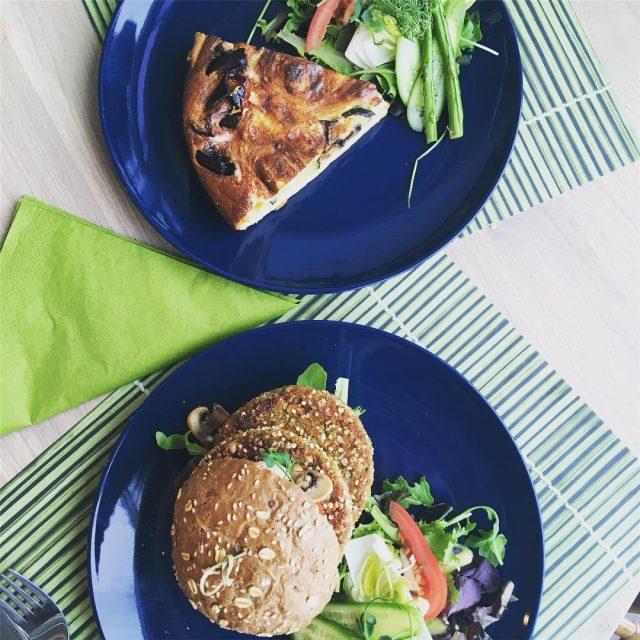 Lekkere lunch met een groentequiche en een vegetarische burger bijhellip