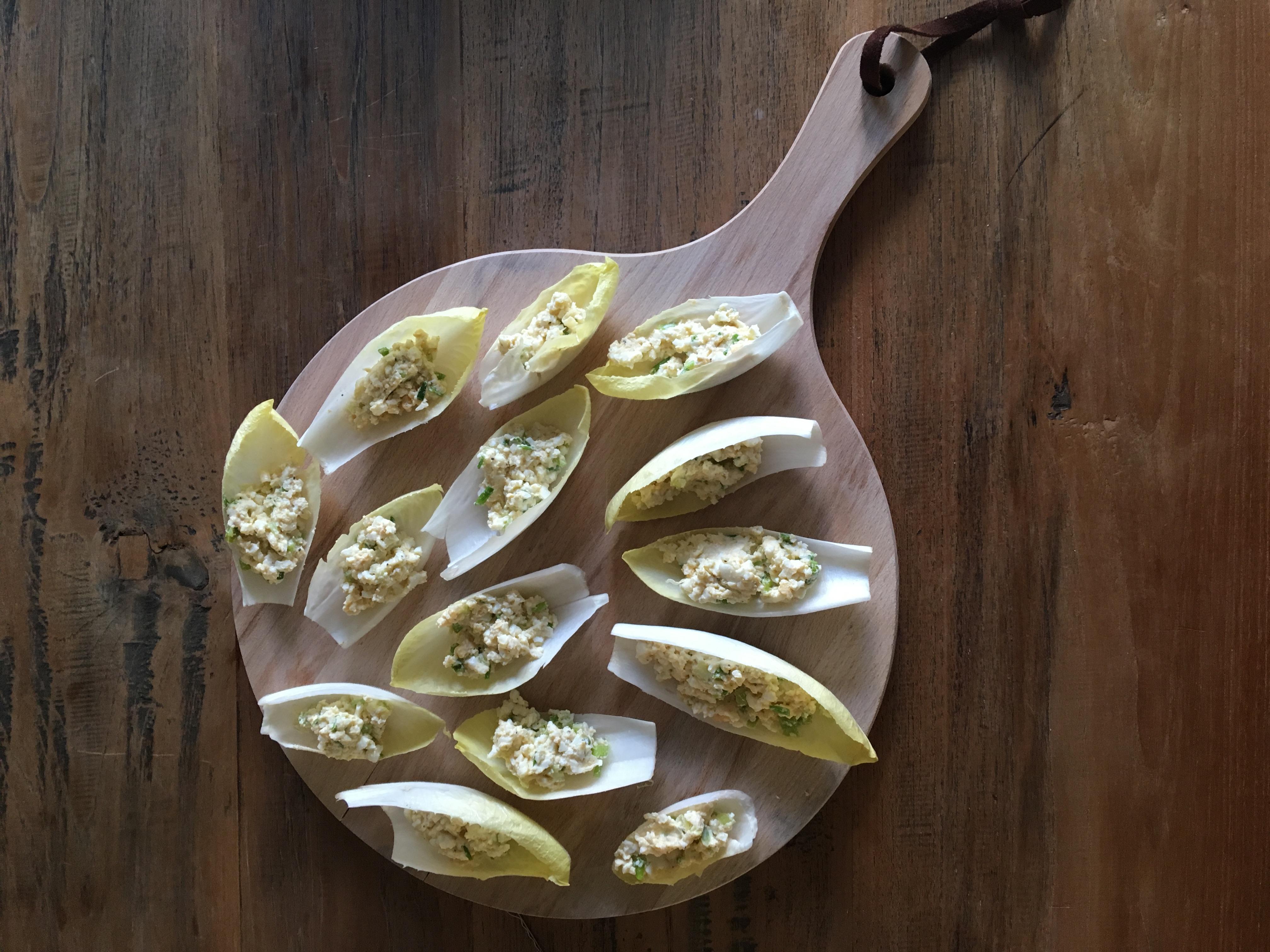 Witlofblaadjes met zelfgemaakte eiersalade
