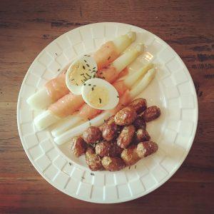 asperges met gerookte zalm, ei en krieltjes