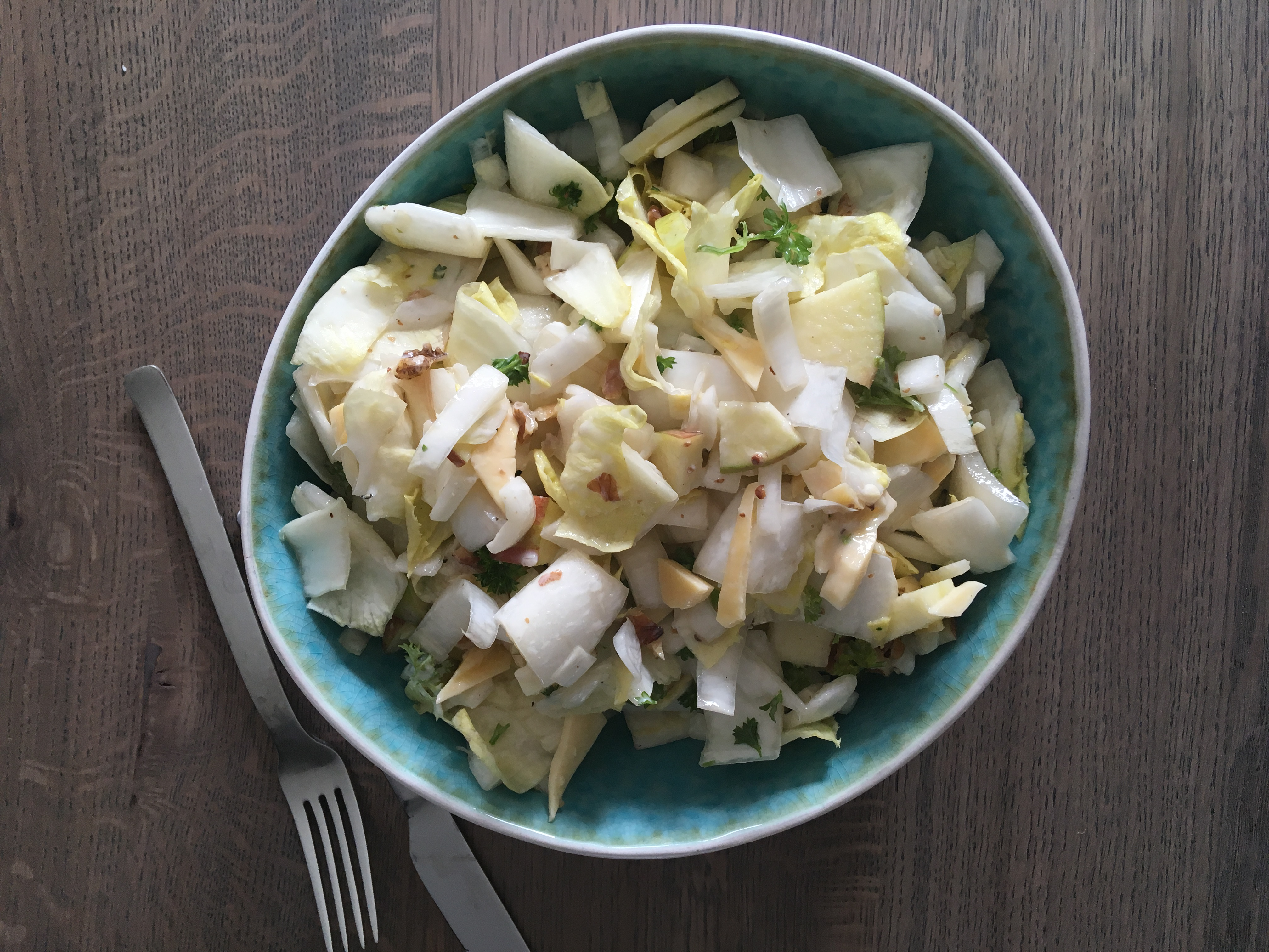 Witlofsalade met appel, oude kaas en walnoten