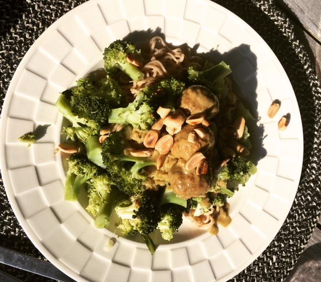 snelle vegetarische curry met balletjes en broccoli
